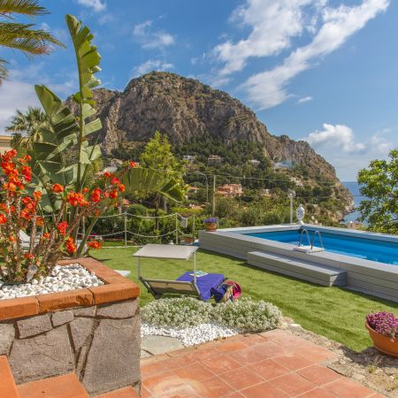 Villa Mamma Manola is located 18 km from Palermo, in the summer residential area of the city of Bagheria, 150 meters from the crystal-clear sea.