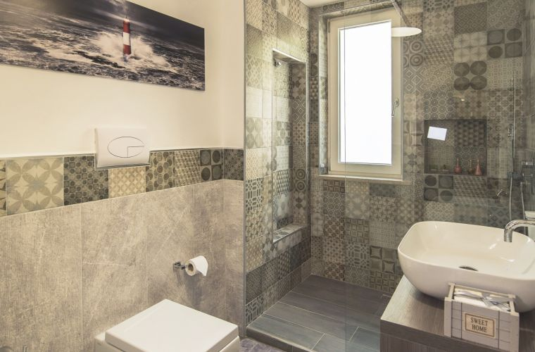 Bathroom with shower walk-in big size
