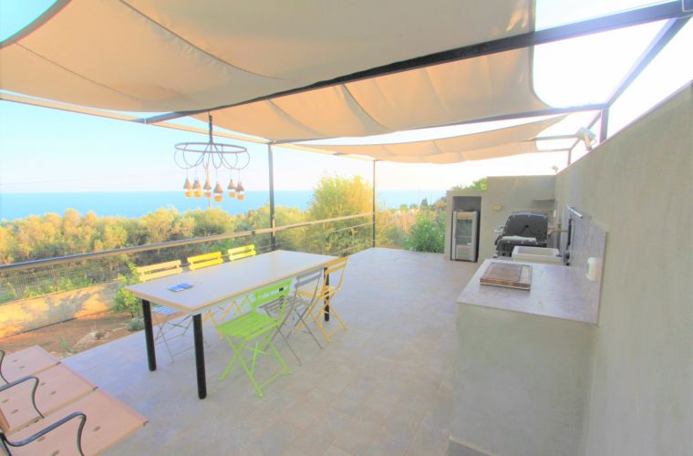In the garden there are high palms, old olive groves and other Mediterranean trees but the advantage of this house is the position that offers an incredible view!
