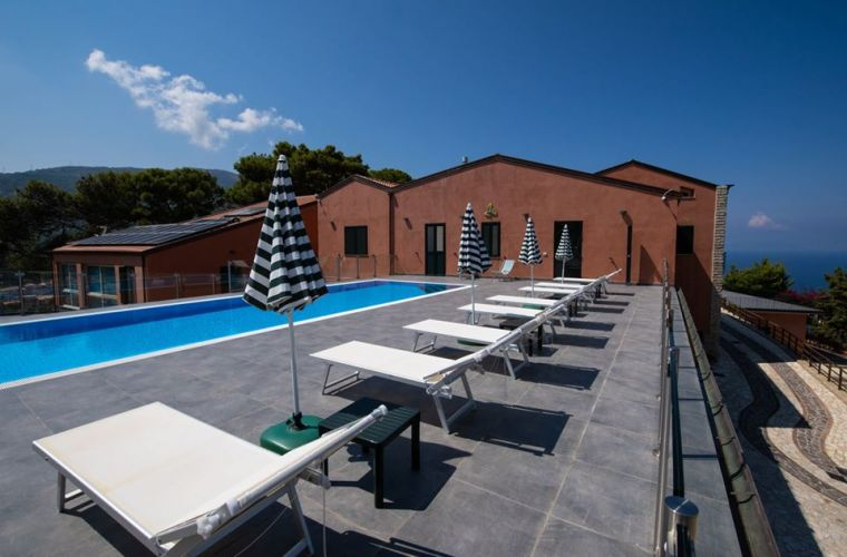 A splendid outdoor swimming pool with solarium, services and coffee corner
