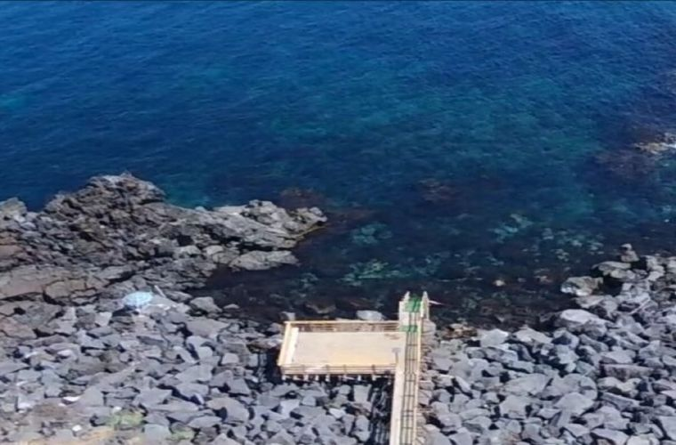 You can comfortably swim in the clear waters, thanks to a wooden terrace built on the sea from June to September.