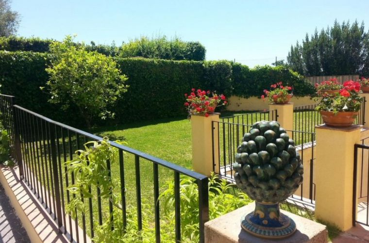 "Private garden with the ""pinecone"" of Caltagirone"