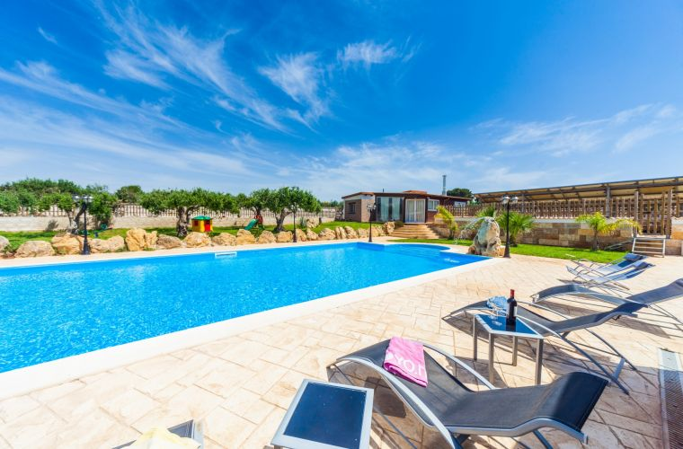 Mamma Irene shooted from Mamma Serenella: these are the two properties who share the pool