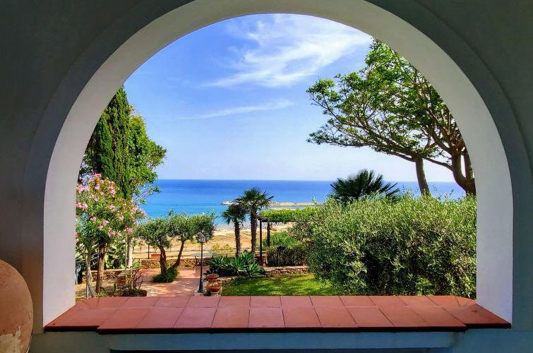 Overlooking the blue flag beach of Portopalo Di Menfi, here it is this gorgeous Sicilian house fully immersed in a very typical Mediterranean garden.