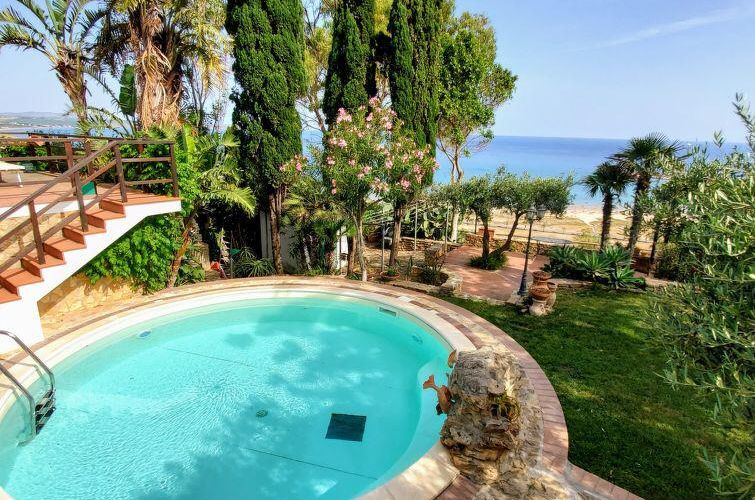 The power of Sicily: pool, sea and nature