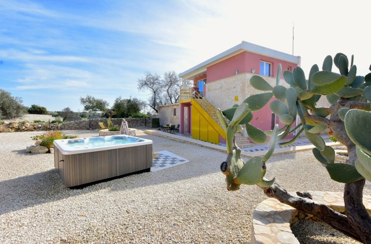 Prickly pears and... Jacuzzi: rurality and modernity!
