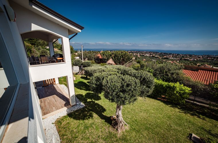 The villa, open on all four sides, spread over two levels and is surrounded by a beautiful and lush garden, with lawn and ornamental and fruit trees.