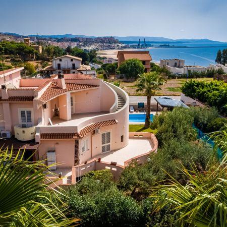 The villa is near the beach (800 m)