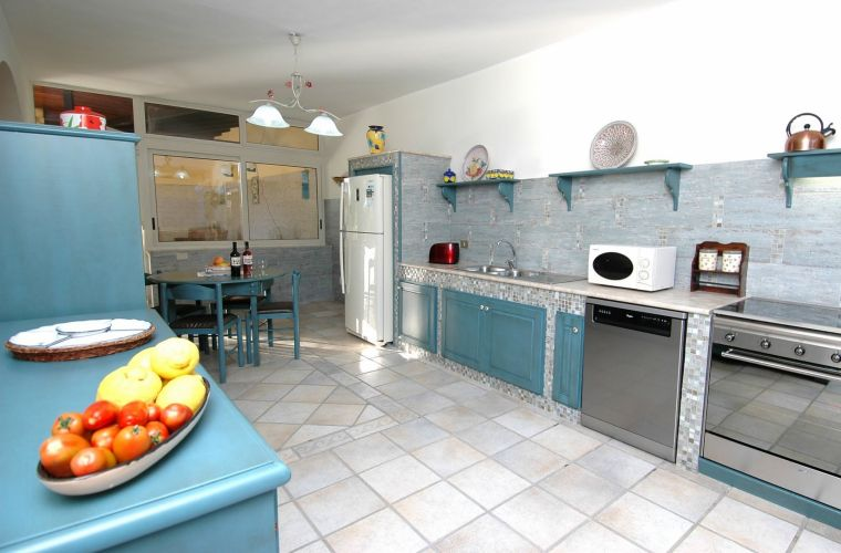 The bright and cheerful kitchen is well equipped.