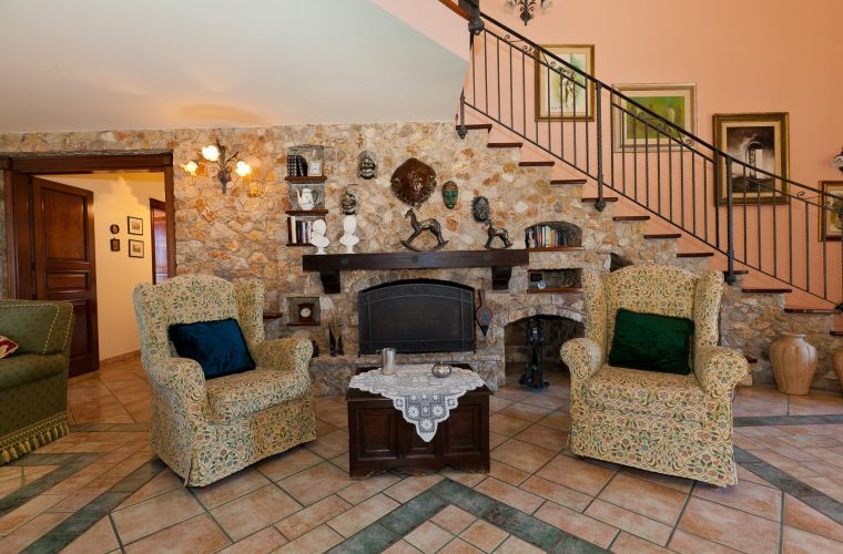 It spreads on two levels. One access from the big saloon, surrounded by glass windows and with a stone fireplace.