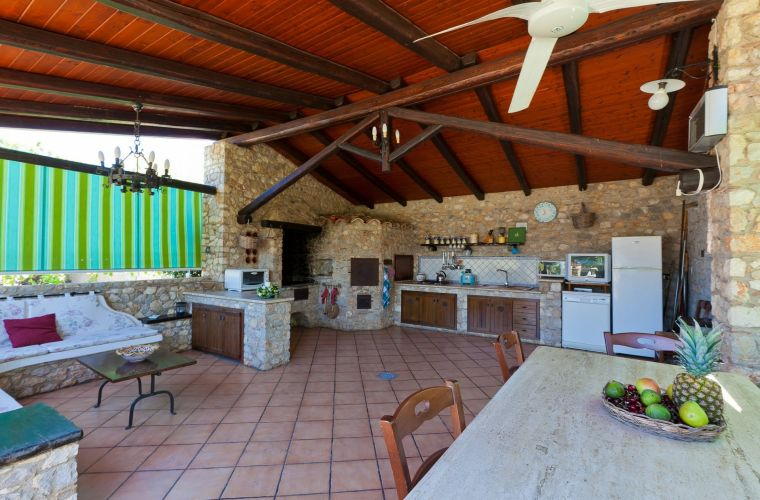 Close to the pool area we also find a comfortable BBQ area with kitchen, tables and benches.