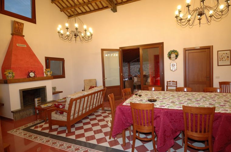 The renovated house has preserved its typical signs of rural culture, using local materials like the cotto tiles, the Sicilian majolica and the wood