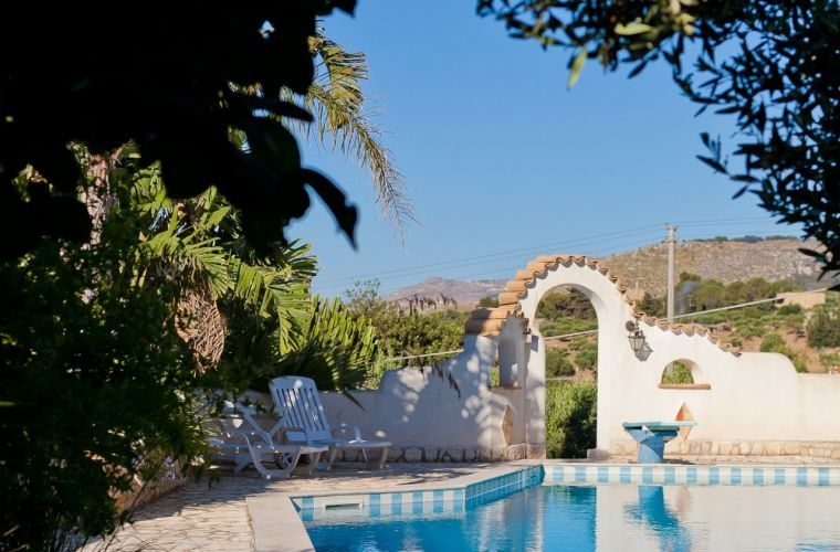 The villa is a Mediterranean-style home, surrounded by a wonderful garden, characterized by typical Mediterranean ornamental plants and trees such as ancient olive trees and palm trees.