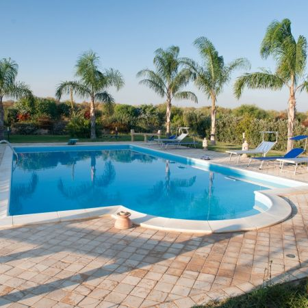 In its large garden there is the swimming pool with annexed facilities, such as bathroom and shower.