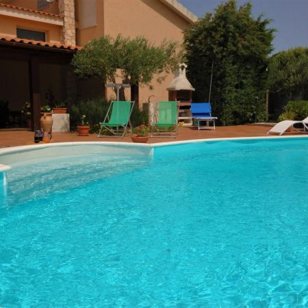 Sunny and quiet, the villa is surrounded by a beautiful garden with two patios and a large sun terrace next to the pool.