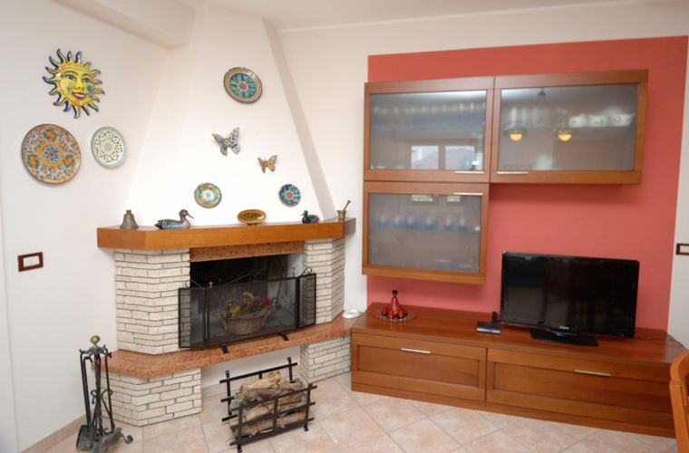 The conversation area is placed in a corner where there is a fireplace, the kitchen is well-finished, cheerful, functional and accessories equipped.