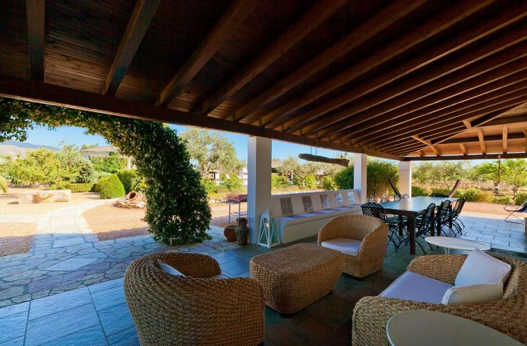The comfortable outdoor sofas allow you to enjoy moments of relaxation in complete privacy.