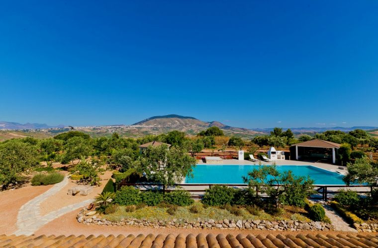 The property is mainly cultivated with olive trees, so creating a lush and verdant environment.
