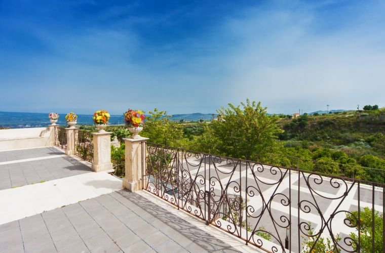 From this villa you can enjoy one of the most gorgeous Etna's view