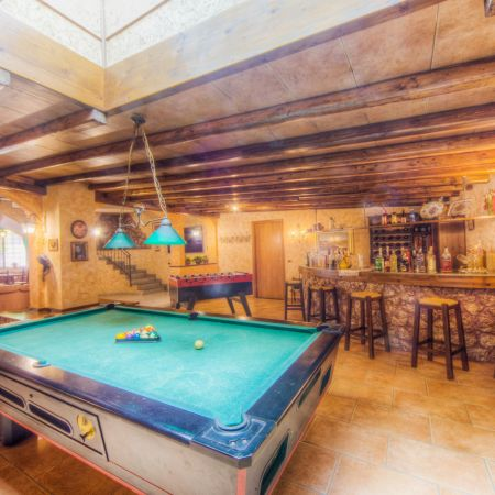 Billiard table and bar in the living room (100 sqm)