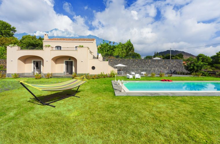 The villa extends on a 4.000 sqm garden