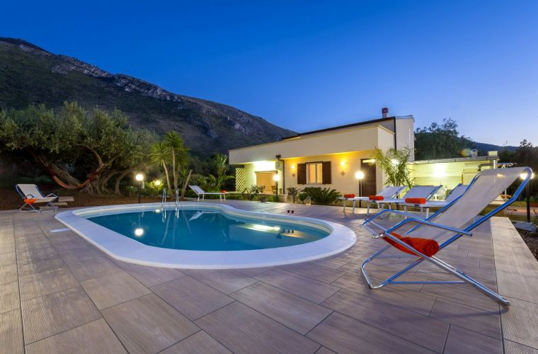 The villa, sunny and quiet, is surrounded by a beautiful garden with ornamental plants and olive trees