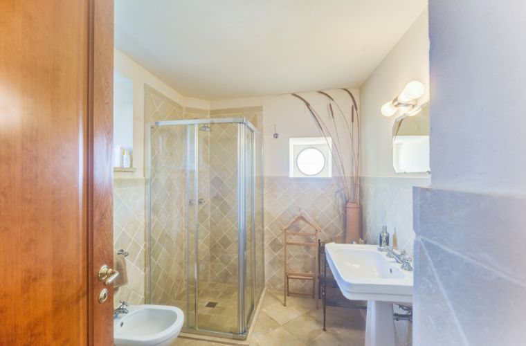 Noto annex: bathroom with shower