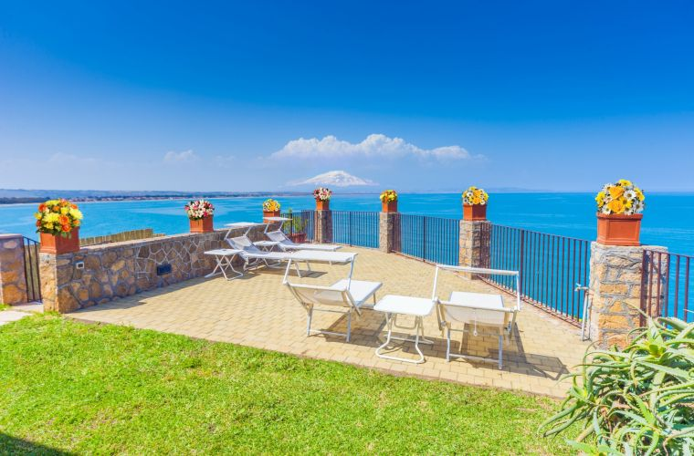 Etna volcano and the Mediterranean sea: two masterpieces you can enjoy from this terrace