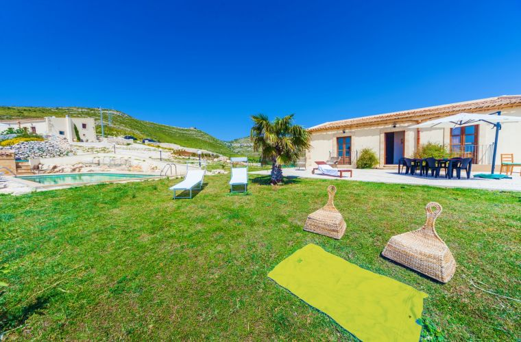 The pool among the two units. On the right you can enjoy the huge Sicilian garden where you can also enjoy the products of the land