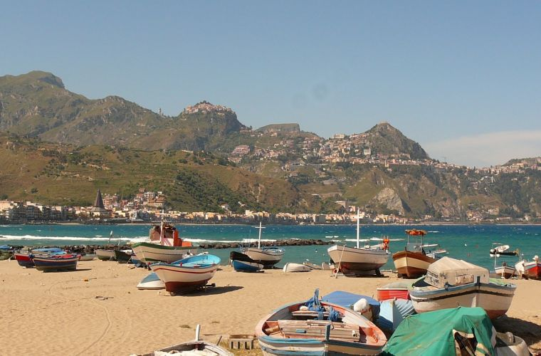 Giardini Naxos (1 km), the latter with the ruins of Naxos, the first Greek settlement in Sicily (VIII b.C.).