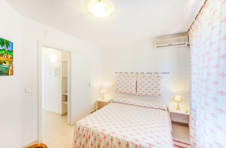 The principal apartment is located on the first and second floor and consists of 3 double bedrooms, a bathroom with shower, a bathroom with bathtub, a kitchen and a spacious living room with a fireplace.