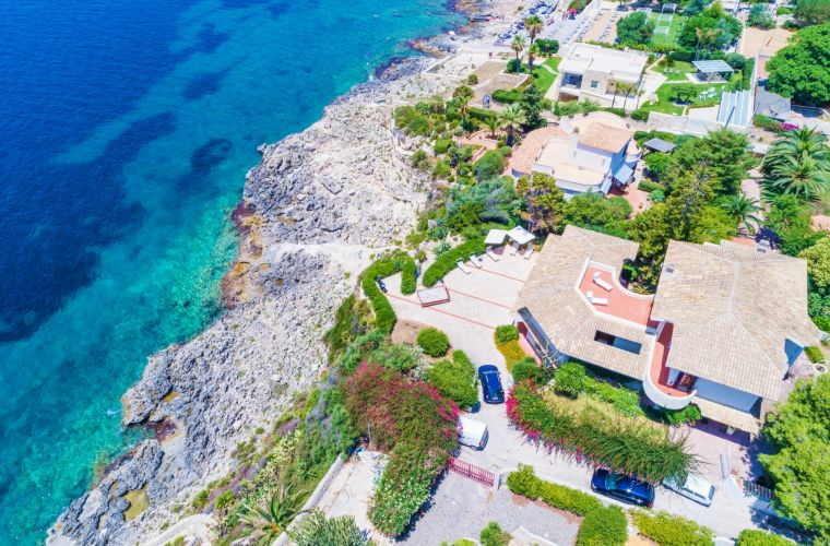 Villa Mamma Luce is located just on the waterfront of the isle of Plemmirio, an amazing natural reserve near Syracuse, with a private descent which leads straight to the rocks from where you can plunge directly into the sea.