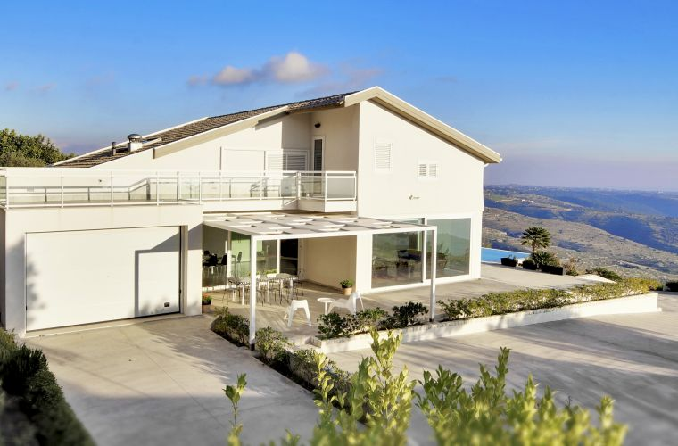 Even if it is a modern villa it fits perfectly into the Sicilian landscape made of olive and carobs trees, so typical in this area.