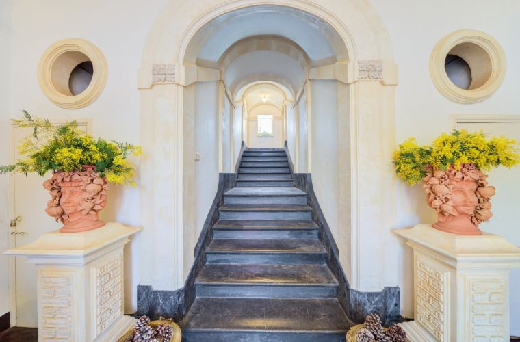 From the main entrance the beautiful stairs (pitch stone) invite you to the first floor