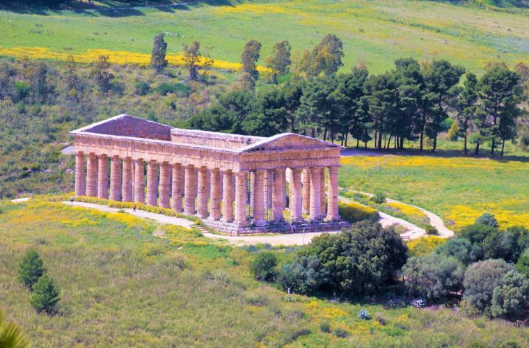 This gorgeous villa is located near the city of Castelvetrano (known for the wine and olive production) and Selinunte, famous archaeological park.